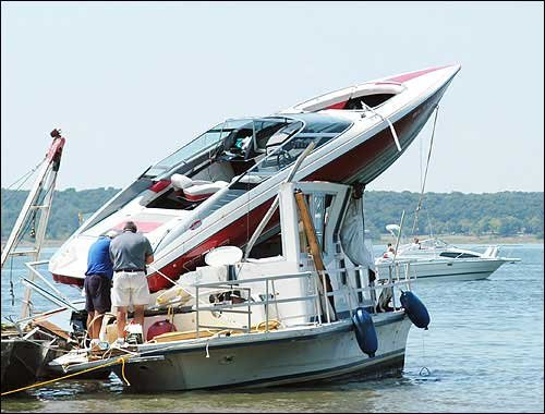 Photo A Motorboat Lands On Top Of A Houseboat In