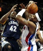Memphis' Lorenzen Wright, left, and Detroit's Rasheed Wallace battle for the ball. The Grizzles defeated the Pistons, 101-79, Thursday night in Auburn Hills, Mich.