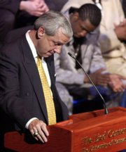 Roy Williamspauses to hold back tears at the annual KU men's basketball banquet in 2003.