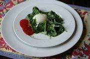 Oeufs Cuits avec Salade Chaude aux Epinards