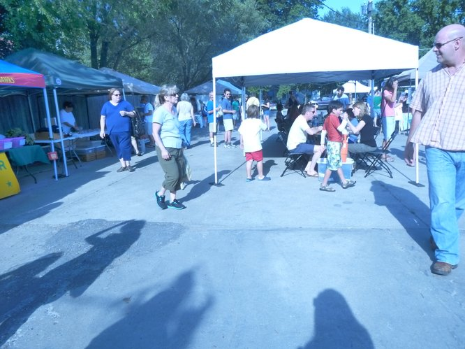 Cottin's Hardware Farmers Market patrons bear the heat in lieu of fresh local produce, great music and Free State beer!