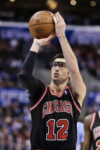 Chicago Bulls guard Kirk Hinrich shoots during an NBA basketball game against the Los Angeles Clippers in Los Angeles, Sunday, Nov. 24, 2013. The Clippers won 121-82. (AP Photo/Chris Carlson)
