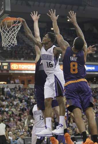 Sacramento Kings guard Ben McLemore, left, stuffs against Phoenix Suns' Miles Plumlee, center and Channing Frye during the third quarter of an NBA basketball game in Sacramento, Calif., Tuesday, Nov. 19, 2013. The Kings won 107-104. (AP Photo/Rich Pedroncelli)