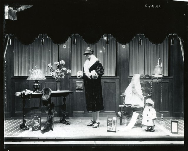 Photo a 1920s window display at weaver 39 s department store for 1920s window