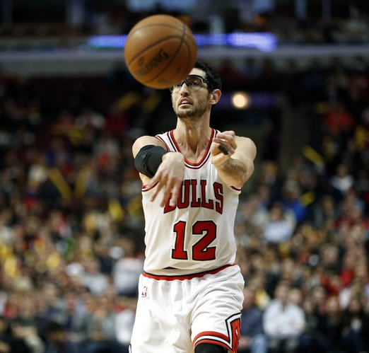 Chicago Bulls guard Kirk Hinrich passes the ball against the Miami Heat during the second half of an NBA basketball game in Chicago, Thursday, Dec. 5, 2013. The Bulls defeated the Heat 107-87.(AP Photo/Kamil Krzaczynski)