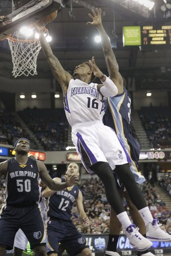 Sacramento Kings guard Ben McLemore, center, drives to the basket against Memphis Grizzlies forward James Johnson, right, during the third quarter of an NBA basketball game in Sacramento, Calif., Wednesday, Jan. 29, 2014. The Grizzlies won 99-89.(AP Photo/Rich Pedroncelli)