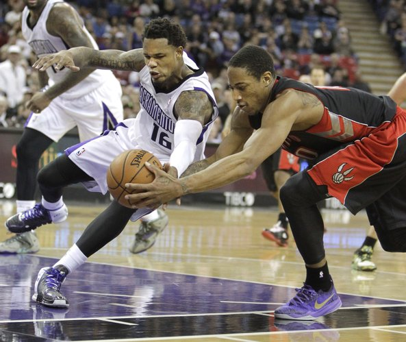 Sacramento Kings guard Ben McLemore, left, and Toronto Raptors guard DeMar DeRozan scrambler for the ball during the fourth quarter of an NBA basketball game in Sacramento, Calif., Wednesday, Feb. 5, 2014. The Kings won 109-101.(AP Photo/Rich Pedroncelli)