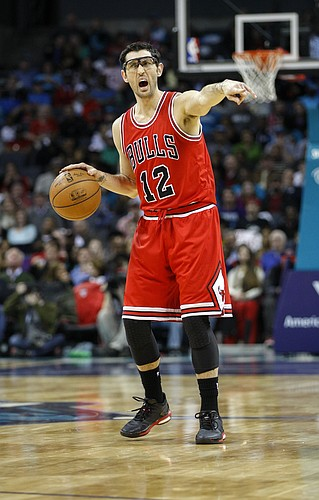 Chicago Bulls guard Kirk Hinrich directs his team against the Charlotte Hornets in an NBA basketball game Friday, March 13, 2015 in Charlotte, N.C. Charlotte won 101-91.(AP Photo/Nell Redmond)
