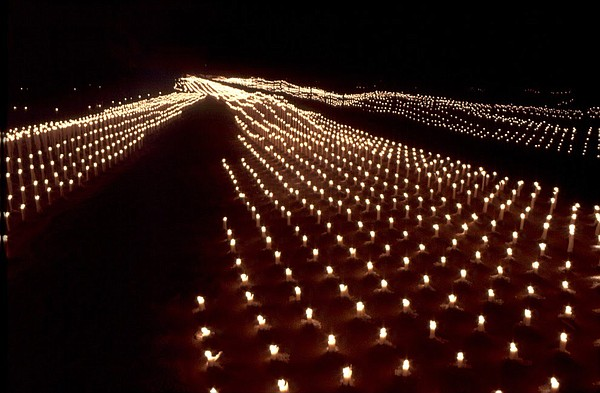 Zia created Maininki, a 330-foot-by-40-foot indoor light installation, for the Helsinki (Finland) Festival of Light in 1996. The installation featured 6,000 candles arranged as waves with reflections from the glass walls that surrounded the space.