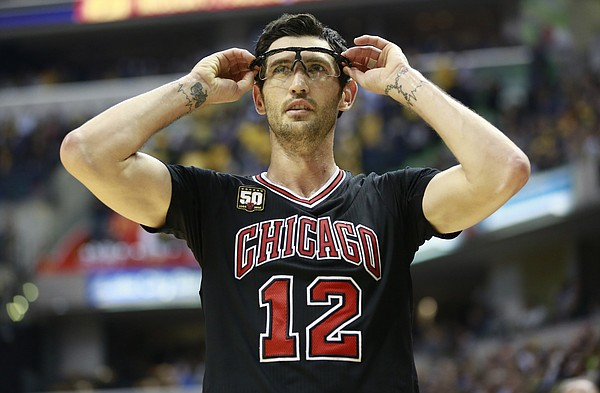 Chicago Bulls guard Kirk Hinrich adjusts his goggles in the second half of an NBA basketball game against the Indiana Pacers, Friday, Nov. 27, 2015, in Indianapolis. Indiana won 104-92. (AP Photo/R Brent Smith)