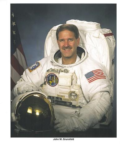 astronaut behind - photo #37
