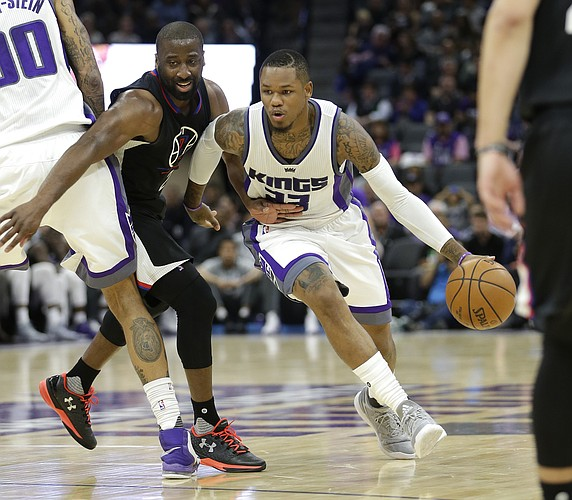 Sacramento Kings guard Ben McLemore, right, drives to the basket as Los Angeles Clippers guard Raymond Felton tries to fight through a screen during the second half of an NBA preseason basketball game in Sacramento, Calif., Tuesday, Oct. 18, 2016. The Clippers won 92-89. (AP Photo/Rich Pedroncelli)