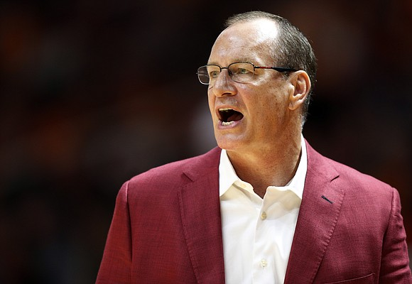 Louisiana-Lafayette coach Bob Marlin yells to his players during the first half of an NCAA college basketball game against Tennessee on Friday, Nov. 9, 2018, in Knoxville, Tenn. (AP photo/Wade Payne)